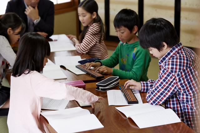 小学生に人気の習い事TOP3の費用を大公開